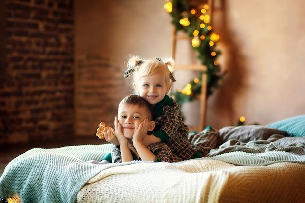 새해를 기다리는 침대에 행복한 아이들