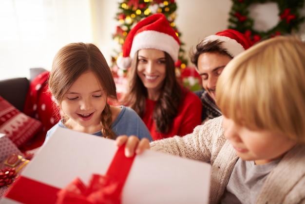 크리스마스 선물을 여는 행복 한 아이