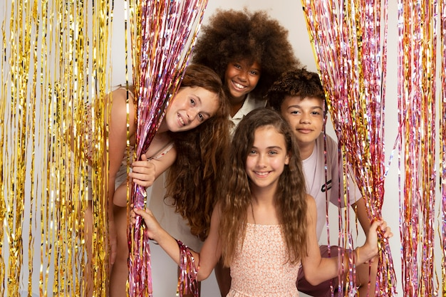 Bambini felici alla festa, colpo medio