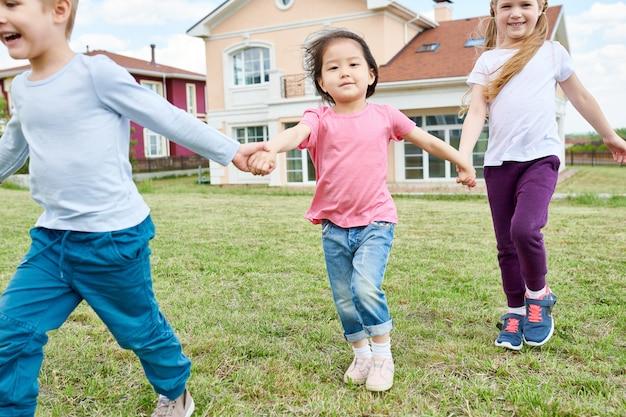 屋外で遊ぶ幸せな子供