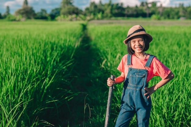 행복한 아이들은 미소를 지으며 유기농 쌀을 먹습니다.