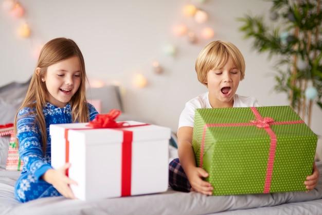 Счастливые дети с рождественскими подарками