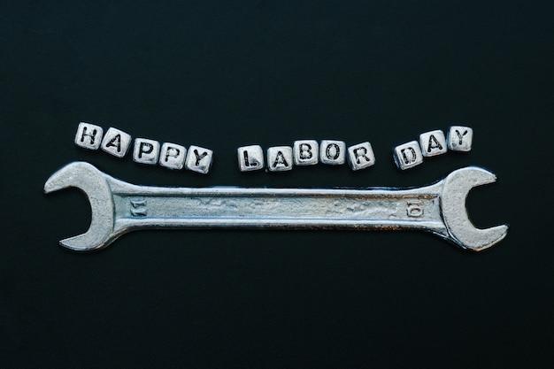 幸せな労働日の概念グリーティングカードの背景。単語幸せな労働者の日レンチ