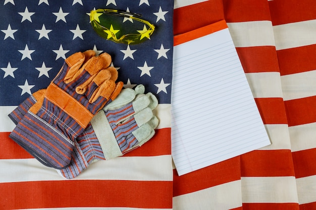 アメリカ合衆国の建設革手袋で幸せな労働者の日