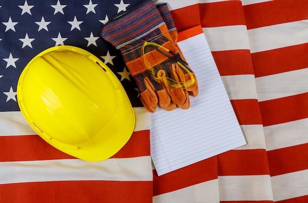 アメリカ合衆国の黄色いヘルメット帽子ヘルメット革手袋の幸せな労働者の日