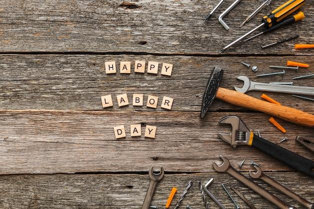 나무 블록 및 나무 배경 평면도에 construccion 도구에 행복 노동절