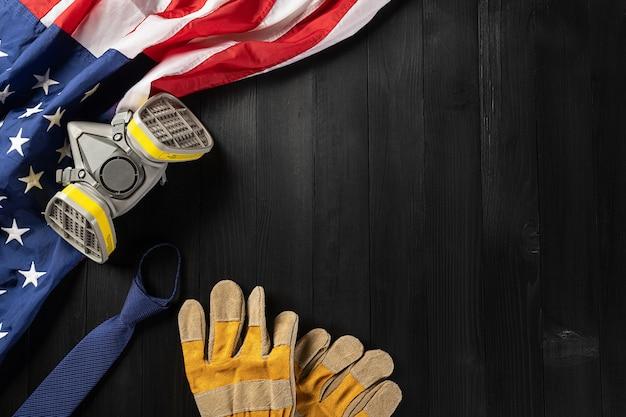 С днем труда несколько инструментов для работы инженеров-конструкторов и американский флаг