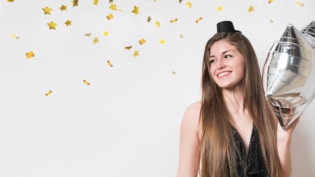 Счастливая дама в вечернем платье с воздушным шаром