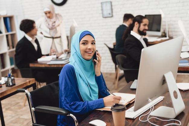 幸せな女性はビジネスコールカスタマーサポートを行います。