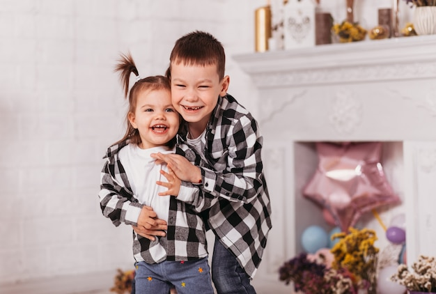 행복한 웃음 소년과 소녀, 형제와 자매는 라이트 룸에서 재생
