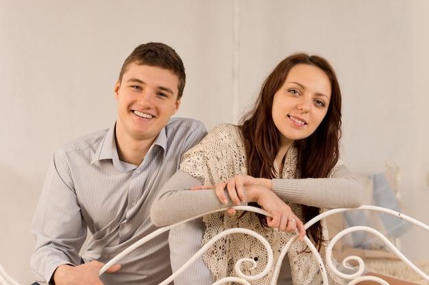 家でくつろぐ幸せな笑いカップル