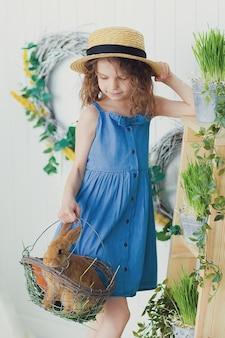 아기 토끼를 놀고 행복 웃음 어린 소녀