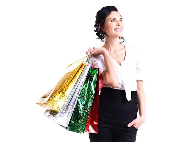 찾고-흰색 절연 색상 가방과 함께 행복 한 웃음 젊은 여자.