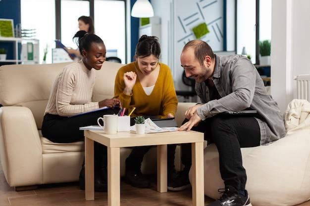 행복한 리더는 다양한 직원들에게 동기를 부여합니다. 비즈니스 팀은 함께 하이파이브를 하고, 팀 빌딩에 참여하는 흥분된 사무원 그룹과 코치는 팀워크 개념에서 성공을 축하합니다.