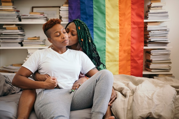 カラフルな旗と幸せなレズビアンのカップル Premium写真