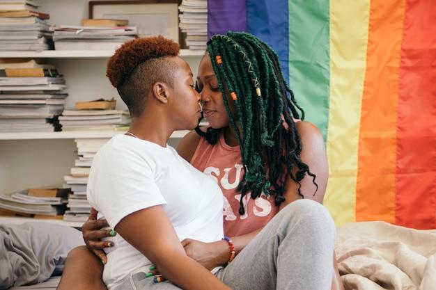 カラフルな旗と幸せなレズビアンのカップル