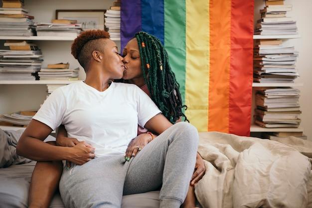 화려한 깃발을 든 행복한 레즈비언 커플
