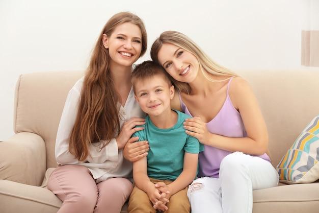 Счастливая пара лесбиянок с приемным сыном дома.