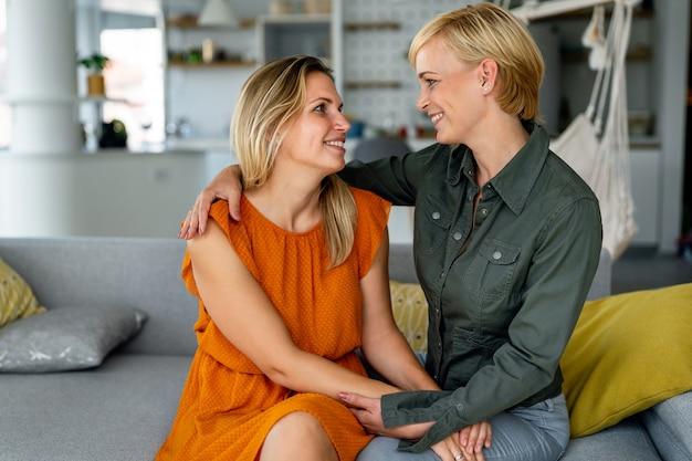 Счастливая лесбийская гей-пара проводит время вместе дома