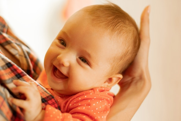 Счастливая маленькая девочка улыбается и смеется