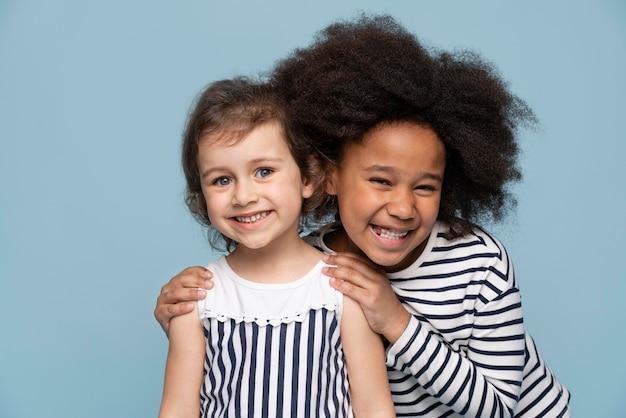 Счастливые маленькие лучшие друзья празднуют