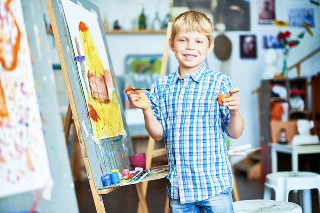 アートクラスを楽しんで幸せな少年