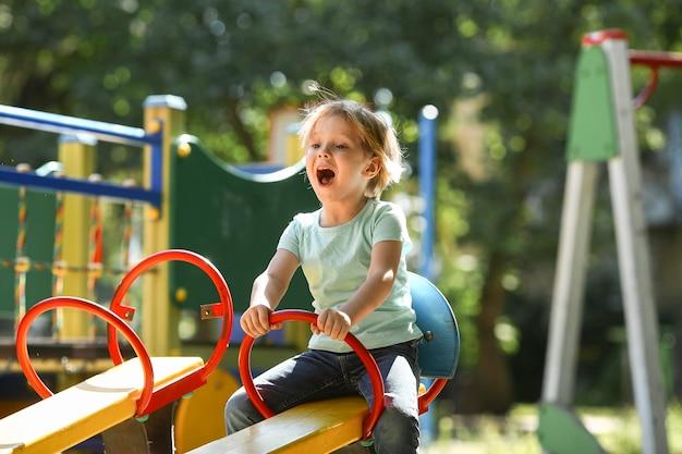 公園で幸せな少年