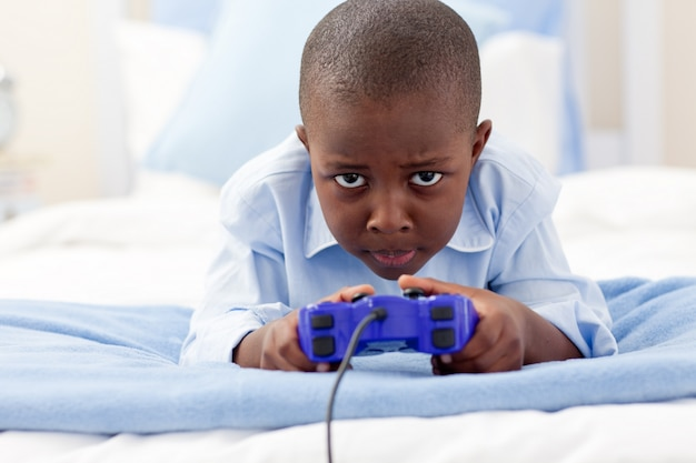 비디오 게임 행복 한 소년