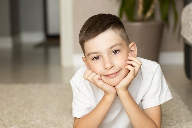 幸せな小さな男の子の肖像画