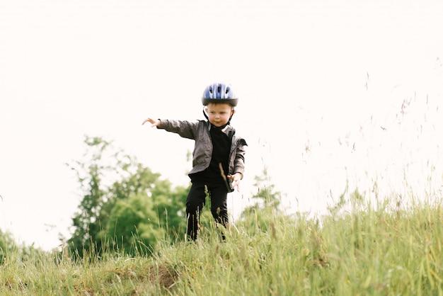 公園で走っている自転車に乗って幸せな少年