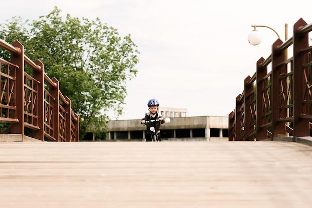 공원에서 실행 자전거를 타고 행복 한 소년