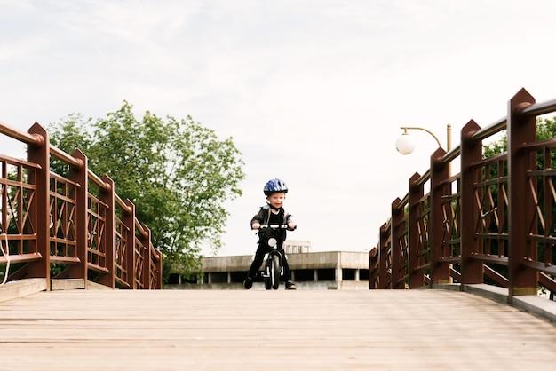 공원에서 실행하는 자전거를 타는 행복 한 소년