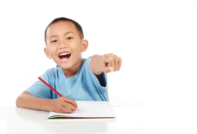勉強して幸せな小さな男の子