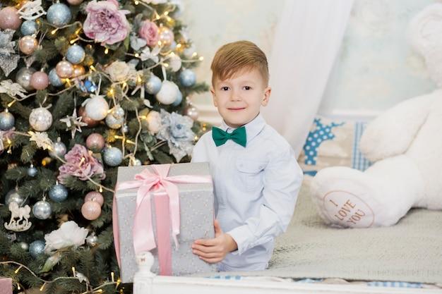 クリスマスプレゼントで幸せな少年