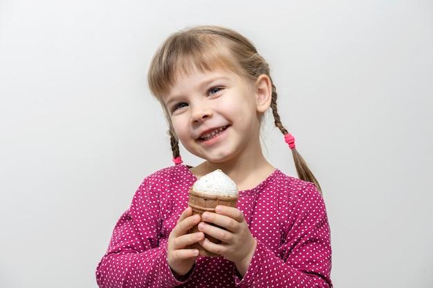 아이스크림을 먹는 행복 한 작은 백인 여자.