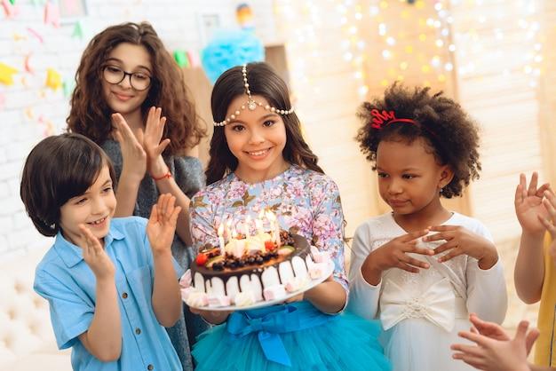 생일 축하에 행복한 작은 아이들.