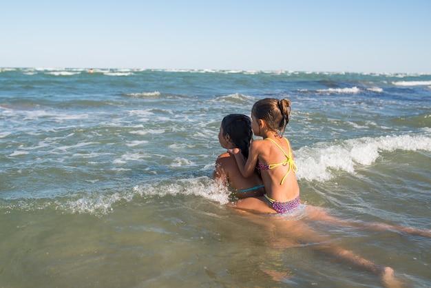 海で泳いでいる幸せな子供