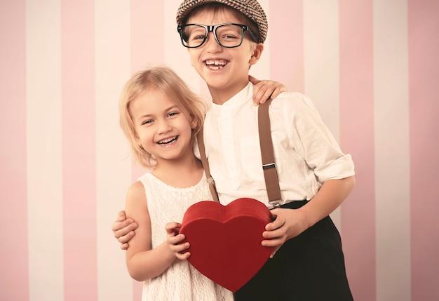 バレンタインデーの幸せな小さなカップル
