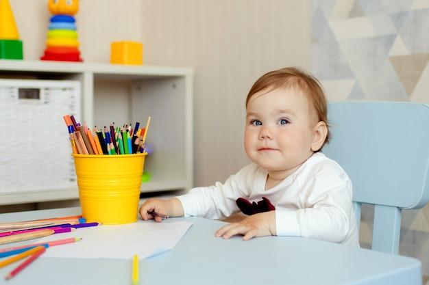 Счастливая маленькая девочка рисунок карандашами