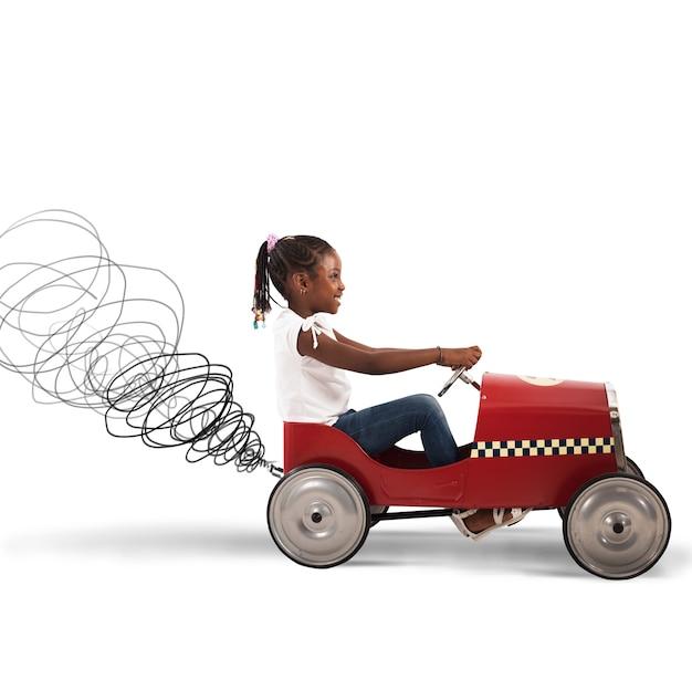 おもちゃの車を運転する幸せな少女