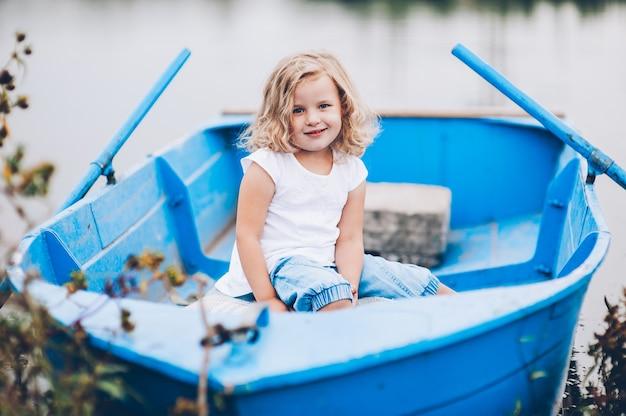 보트에서 행복 한 어린 소녀