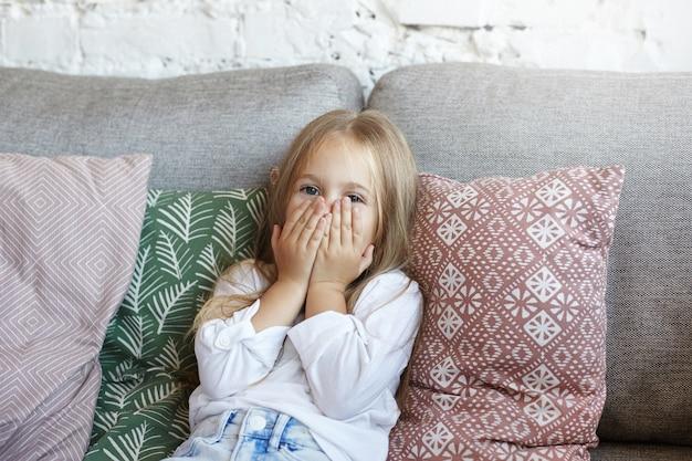 幸せな女の子が居間に座っています