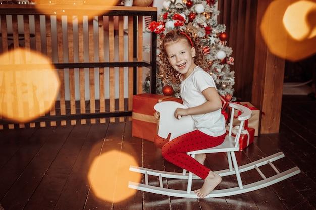 말에 행복 한 작은 소녀 섣달 그믐 설정