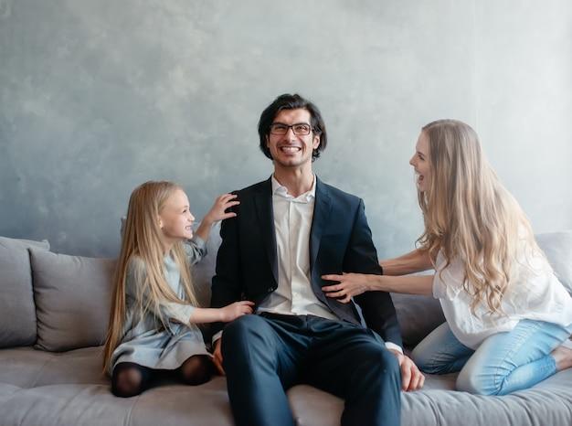 Счастливая маленькая девочка играет со своей матерью и отцом