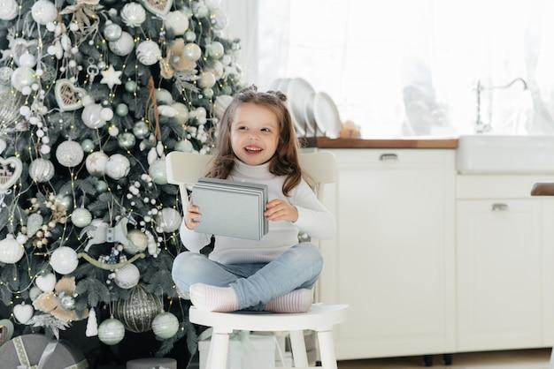 Счастливая маленькая девочка получает подарки. каникулы.