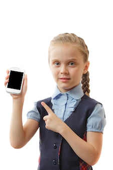 행복 한 어린 소녀는 그녀의 스마트 폰 검은 흰색 화면을 보여줍니다. 모형