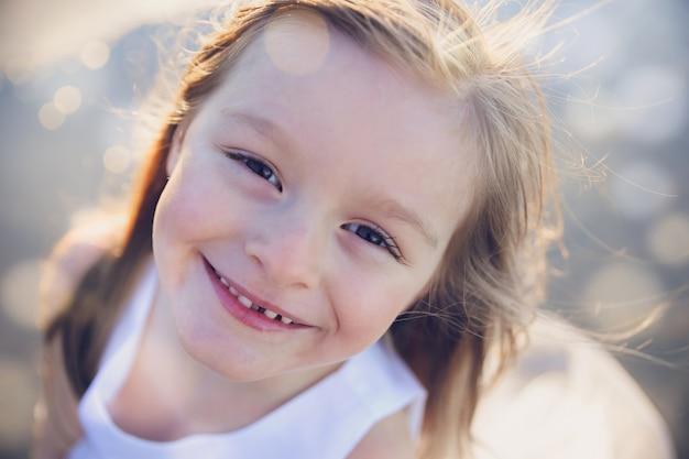 Счастливый девочка улыбается