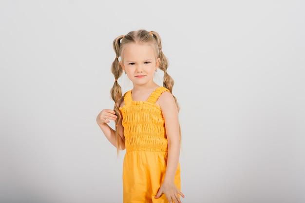행복 한 어린 소녀, 스튜디오 촬영. 어린이 감정, 웃는 금발.