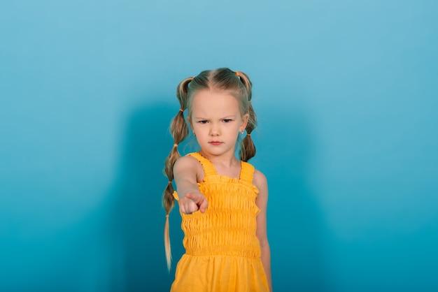 행복 한 어린 소녀, 스튜디오 촬영입니다. 어린이 감정, 웃는 금발.