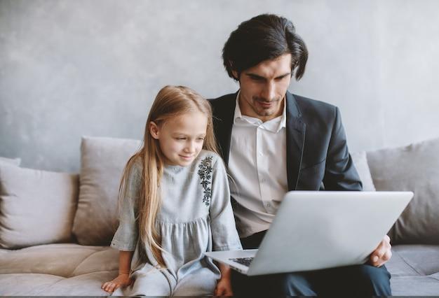 집에서 그녀의 아버지와 함께 컴퓨터에서 영화를보고 행복 한 어린 소녀